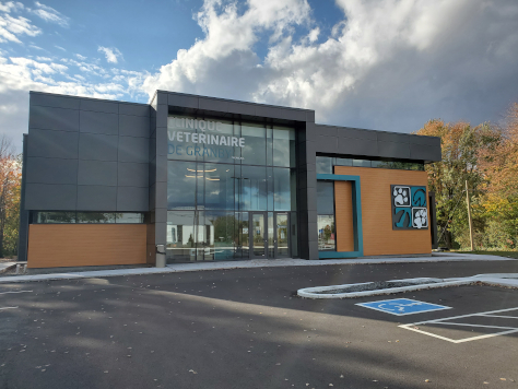Photo couleur de la clinique vétérinaire de Granby avec un ciel bleu parsemé de nuages